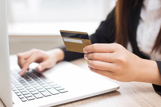 Ritagliata vista della donna che fa online banking