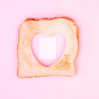 Ritaglio a forma di cuore in pane tostato