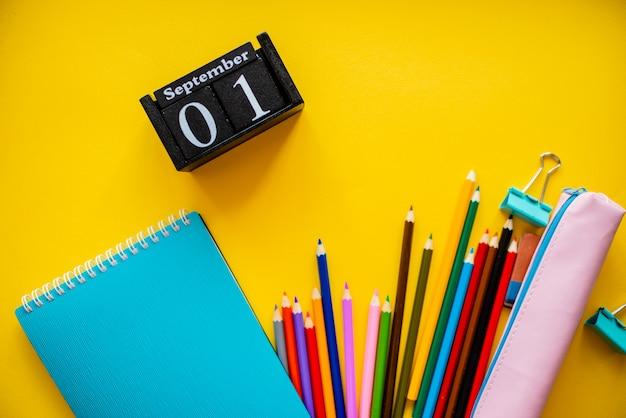 Ritorno a scuola colorato piatto lay. clip per sveglia con portamatite e porta penne.