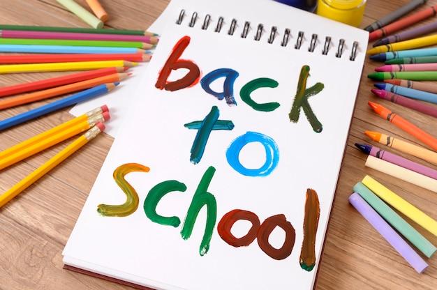 Ritorno a scuola dipinta su un libro bianco