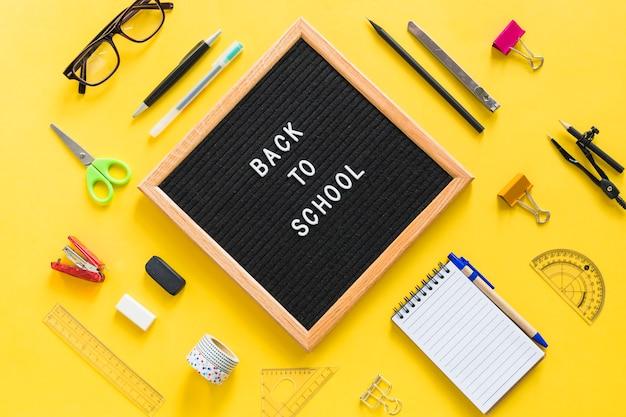 Ritorno a scuola lettering a bordo con accessori per ufficio
