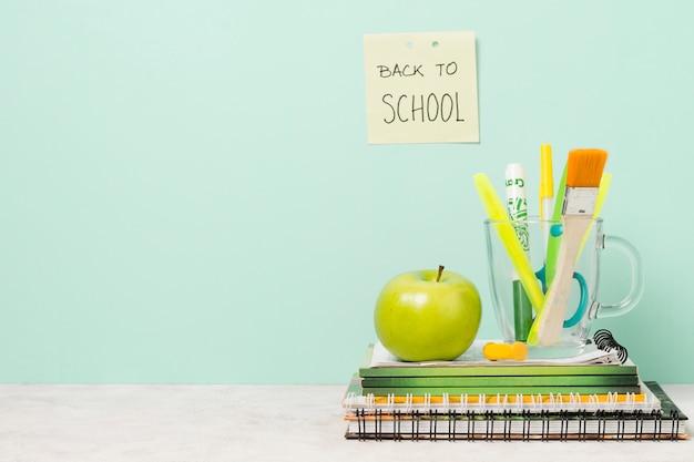 Ritorno a scuola post-it con materiale scolastico