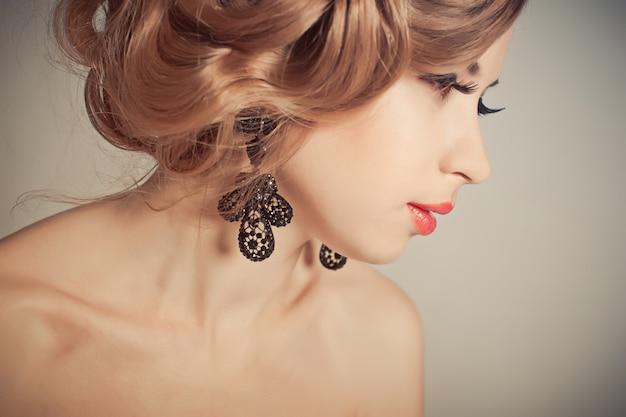 Ritrarre un mujer maquillada e un bonito peinado