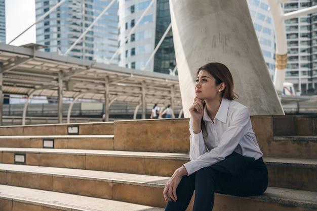 Ritratti di bella donna asiatica nell'espressione di pensiero.