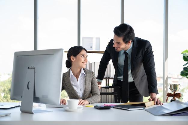 Ritratti di uomo d'affari e donna che lavora in ufficio finanziario