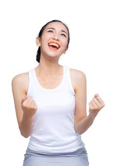 Ritratto a mezzo busto dei pugni felici della donna che gesturing, isolato su bianco. concetto di successo e vittoria