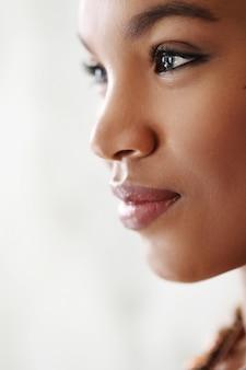Ritratto adorabile del primo piano della donna di colore