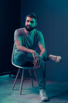 Ritratto al neon di un giovane uomo attraente