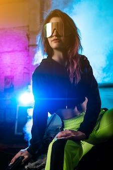 Ritratto al neon luminoso colorato creativo.