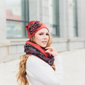 Ritratto all'aperto della giovane donna con il cappello