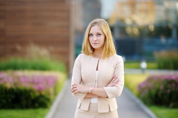 Ritratto all'aperto di giovane bella donna di affari