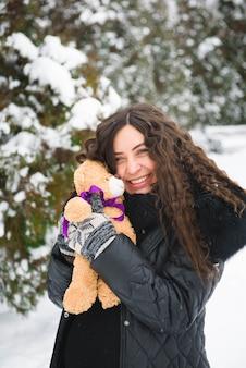 Ritratto all'aperto di inverno della donna incinta in vestiti alla moda