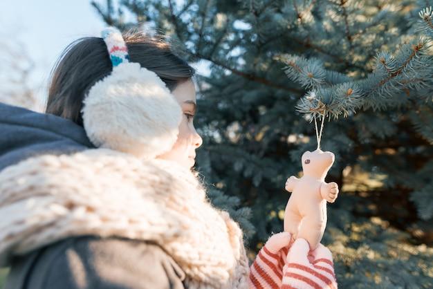 Ritratto all'aperto di inverno della ragazza del bambino
