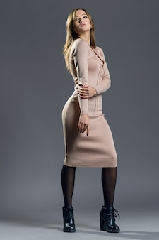 Ritratto alla moda della ragazza alla moda in abito lavorato a maglia