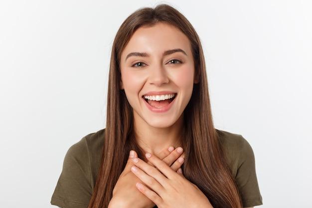 Ritratto allegra donna estroversa piace ridere ad alta voce non nascondere emozioni ridacchiando ridacchiando facepalm chiudi gli occhi sorridendo ampiamente sfondo bianco