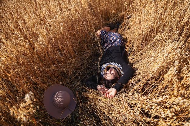 Ritratto alto vicino all'aperto di giovane bella donna in maglione tricottato marrone