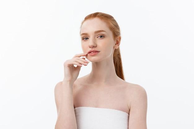 Ritratto alto vicino di bellezza del fronte della bella di cura cura della pelle femminile femminile della pelle e dei capelli.