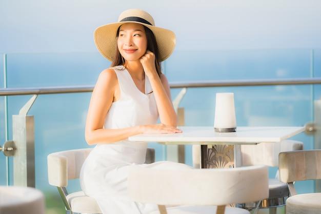 Ritratto bella giovane donna asiatica che si siede nel ristorante