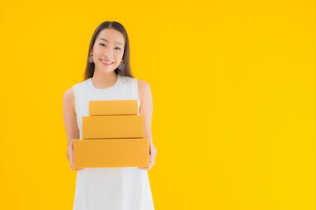 Ritratto bella giovane donna asiatica con cassetta dei pacchi