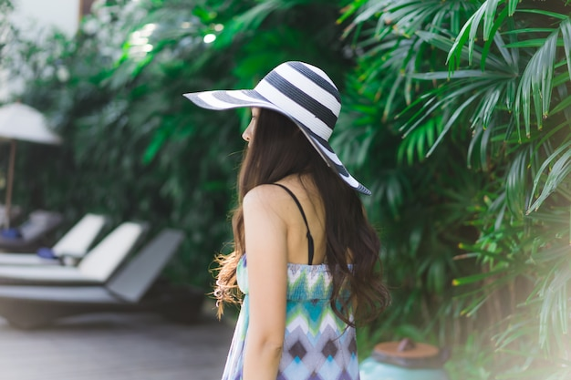 Ritratto bella giovane donna asiatica sorriso e felice giro giardino all'aperto