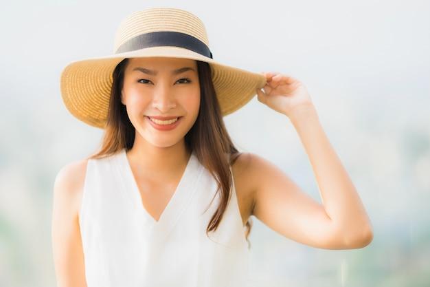 Ritratto bella giovane donna asiatica sorriso felice e sentirsi libero