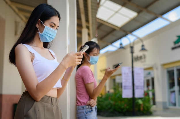 Ritratto bellissima giovane donna asiatica con maschera in molte azioni per proteggersi da coronavirus o covid19