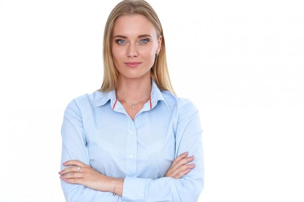Ritratto biondo della donna di affari isolato