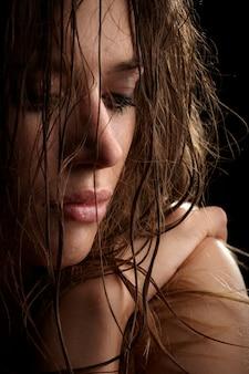 Ritratto castana della donna dei bei capelli lunghi, fronte bagnato, colpo dello studio