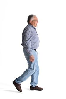 Ritratto completo camminando su uno sfondo bianco