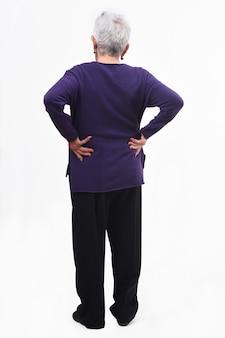 Ritratto completo della parte posteriore di una donna più anziana con dolore nella parte posteriore su fondo bianco