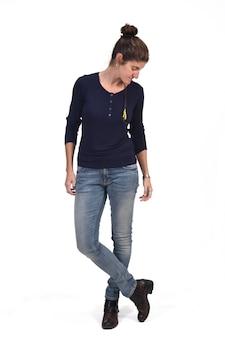 Ritratto completo di una donna di mezza età che guarda in basso e le gambe incrociate