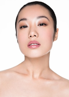 Ritratto cosmetico sano di trucco della donna asiatica di bellezza su bianco
