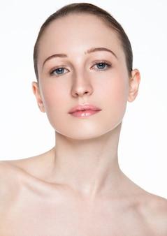 Ritratto cosmetico sano di trucco della donna di bellezza su bianco