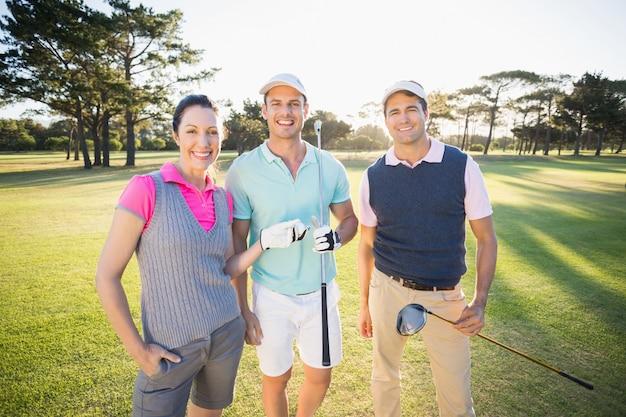 Ritratto degli amici sorridenti del giocatore di golf