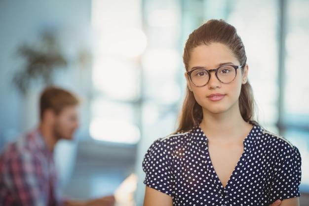 Ritratto degli occhiali da portare femminili dell'uomo d'affari