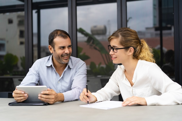 Ritratto dei colleghi maschii e femminili che comunicano nell'ufficio