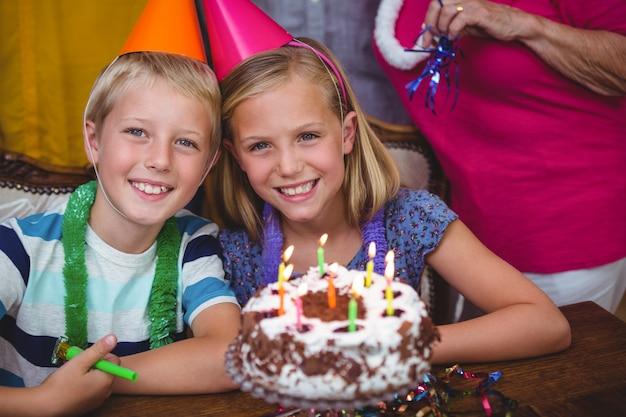 Ritratto dei fratelli allegri con la famiglia che celebra il compleanno
