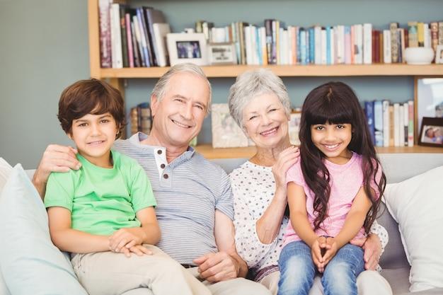 Ritratto dei nipoti con i nonni a casa