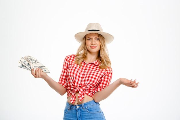 Ritratto dei soldi della tenuta della donna del paese su bianco.