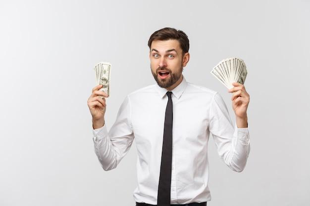 Ritratto dei soldi di una tenuta dell'uomo di affari, isolato su bianco.
