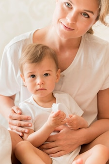 Ritratto del bambino della holding della mamma