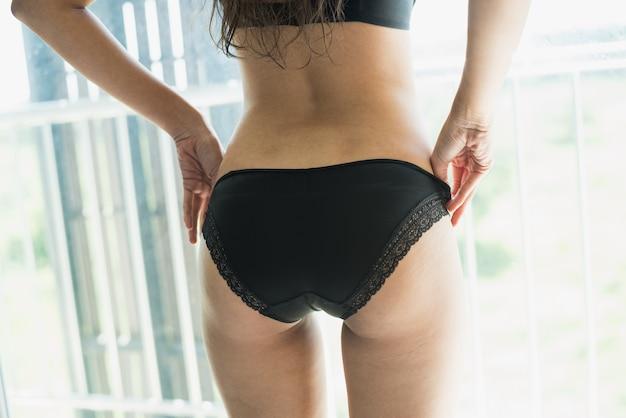 Ritratto del bikini d'uso di modello della giovane donna sexy nella camera da letto