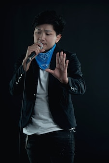 Ritratto del cantante attraente bello