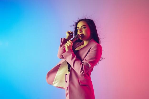 Ritratto del cantante femminile alle luci al neon