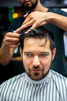 Ritratto del cliente che ottiene un taglio di capelli
