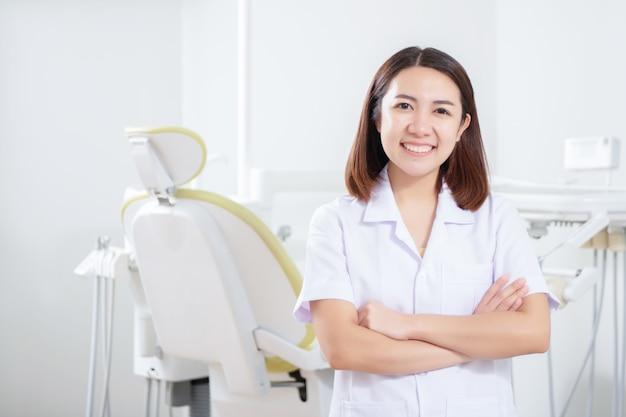 Ritratto del dentista femminile che sta nell'ufficio dentario