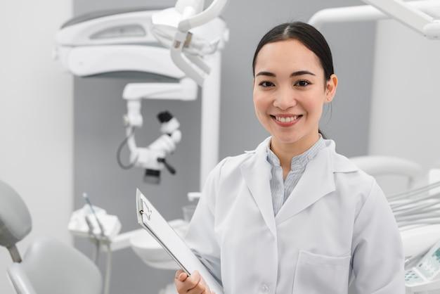 Ritratto del dentista femminile