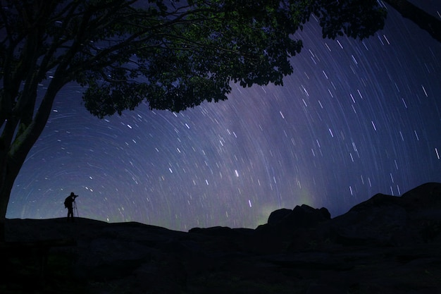 Ritratto del fotografo con incredibile luce della via lattea
