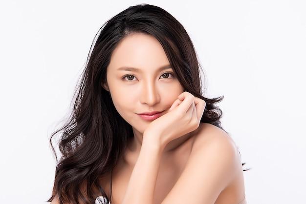 Ritratto del fronte della donna di bellezza, bella giovane donna asiatica con pelle sana fresca pulita, trattamento facciale.