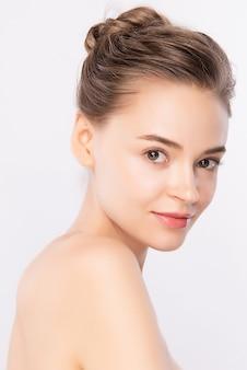Ritratto del fronte della donna di bellezza, bella giovane donna con pelle sana fresca pulita, trattamento facciale.